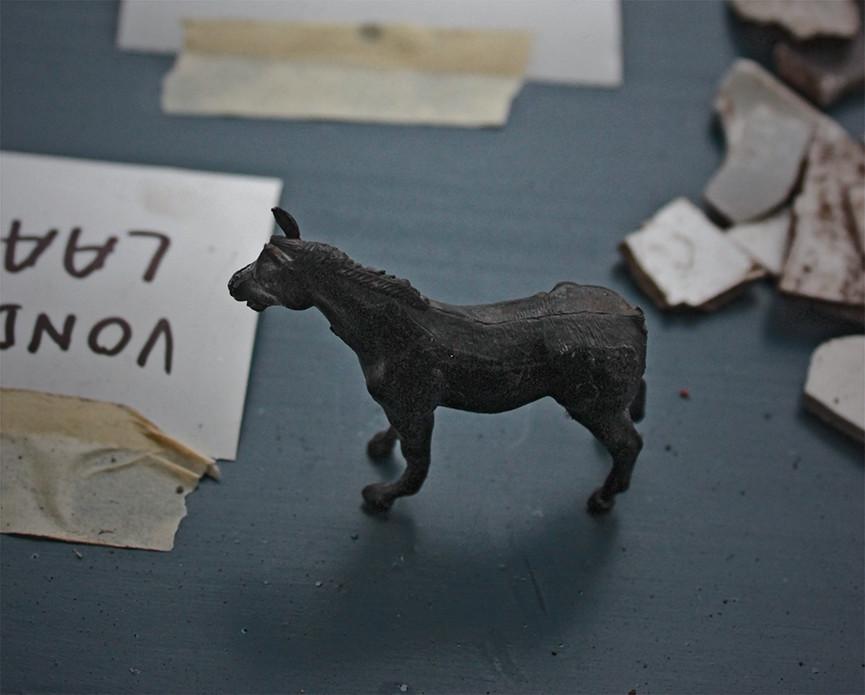 Alle vondsten worden keurig op een lange tafel gerangschikt. Daarbij is niet alles wat het lijkt. Dit paardje is helaas geen romeins bronzen beeldje, maar een plastic stukje speelgoed dat ooit op het museumterrein is verloren.